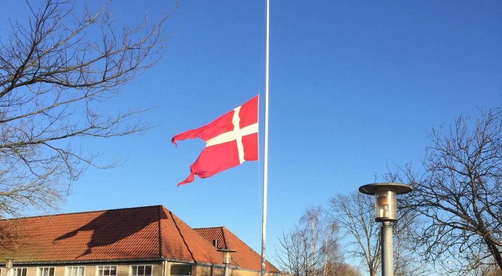 Virum Gymnasium flager på halv