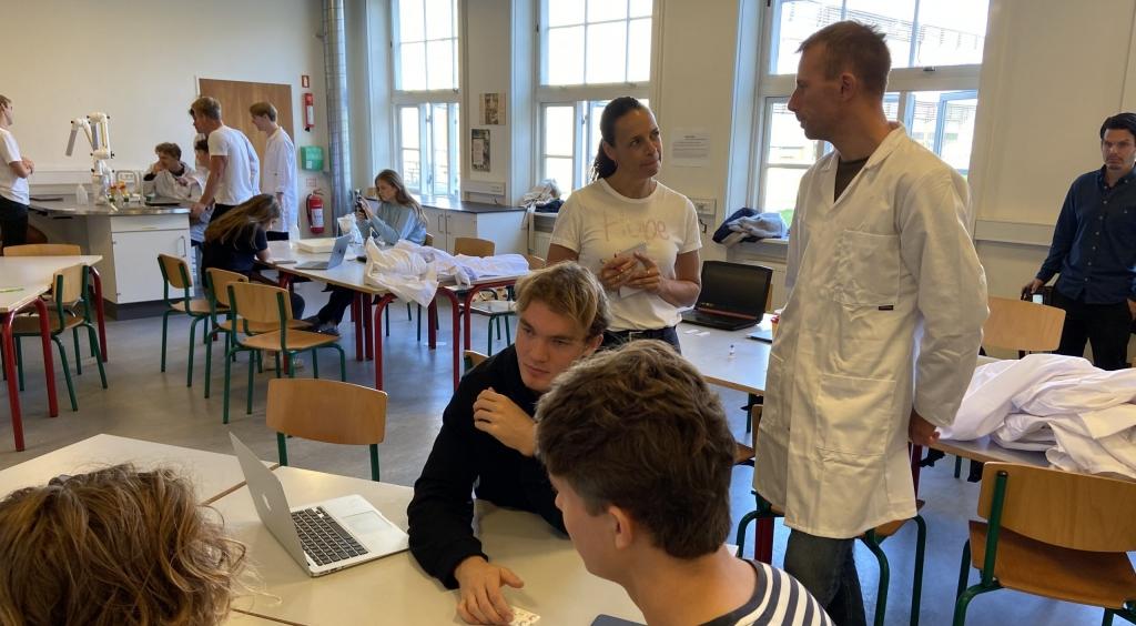 Antistoftest for covid-19 i undervisningen på Virum Gymnasium. Se begge indslag fra TV-Avisen Morgen ved at klikke ind på nyheden her.