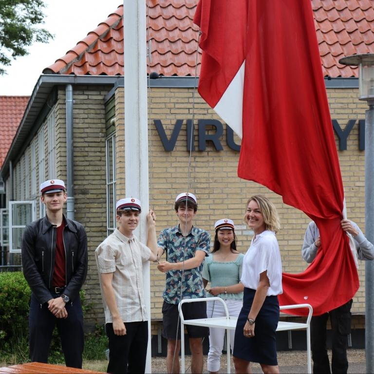 De første studenter hejste flaget sammen med Rektor